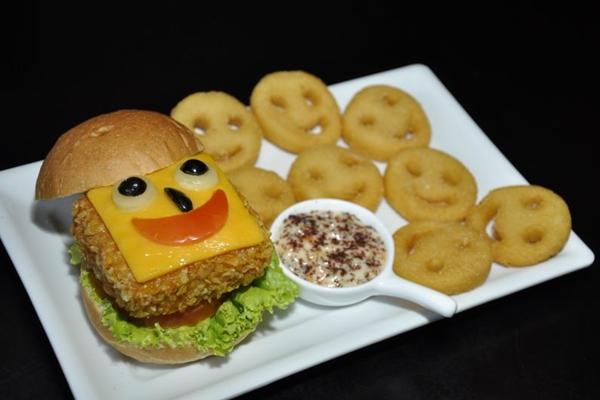 Um toque oriental na criação de um hambúrguer de siri para as crianças  (André Violatti/Esp. CB/D.A Press)