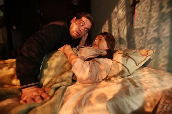 No leito de morte da avó, João Ernesto promete ser um político honesto ( Dowtown Filmes/Divulgação)