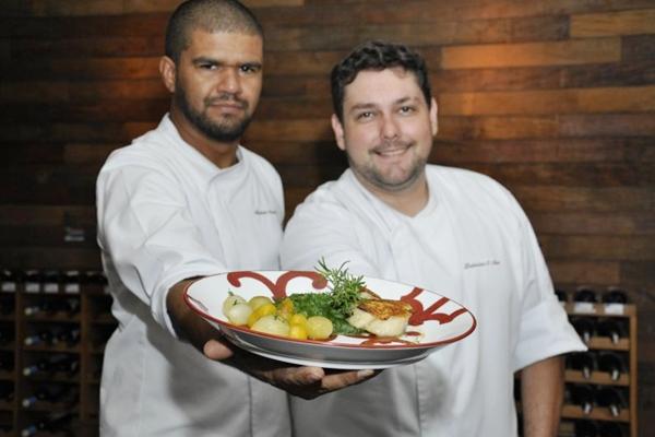 Alexandre Aroucha e Leônidas Neto usam mel de jataí para pincelar o bacalhau  (André Violatti/Esp. CB/D.A Press)