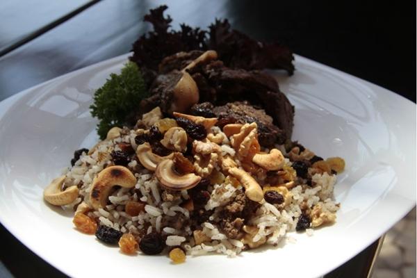 O pernil de cordeiro com arroz marroquino é uma das especialidades árabes do Tanura by Kafta da Mama  ( Ana Rayssa/Esp. CB/D.A Press)