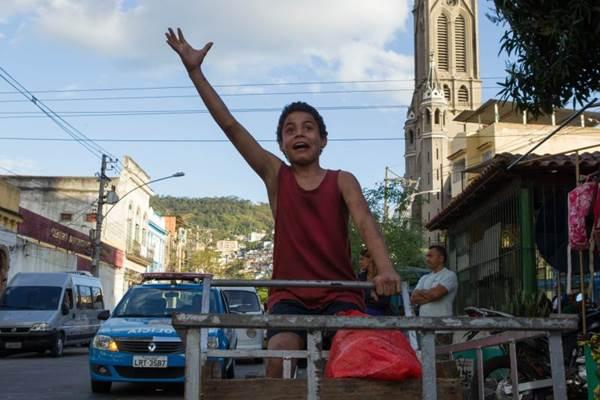 Protagonistas do longa foram escolhidos entre meninos de comunidades cariocas (Universal Pictures/Divulgação)