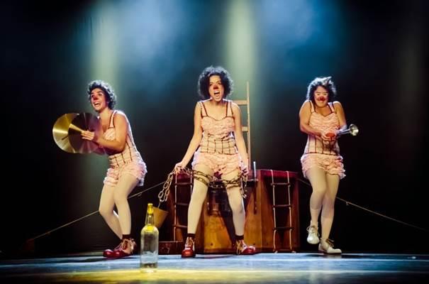 Contado através de mímica, o espetáculo retrata a saga de uma baleia e de três viajantes palhaças (Mariana Rocha/Divulgação)