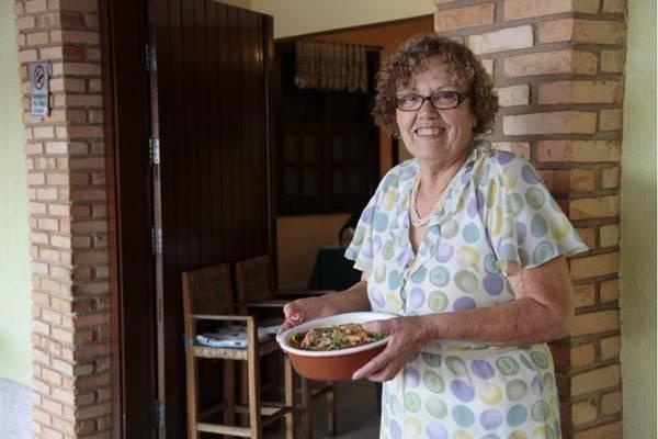 Dona Mea e a moqueca de peixe, prato servido às sextas e aos domingos  (Ana Rayssa/Esp. CB/D.A Press)