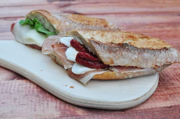 Presunto cru, muçarela de búfala e tomate seco são ingredientes clássicos dos panini  (Paula Rafiza/Esp. CB/D.A Press)