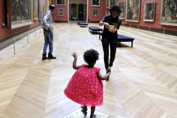 Blue Ivy aparece brincando no museu (Reprodução/beyonce.com)