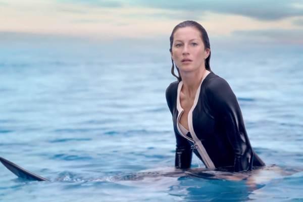 O vídeo tem três minutos de duração e mostra a boa forma da modelo aos 34 anos (Reprodução/Youtube)