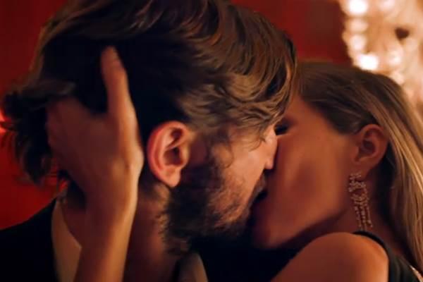 Gisele Bündchen e Michiel Huisman se beijam ao som de 'The One That I Want' (Reprodução/Youtube)