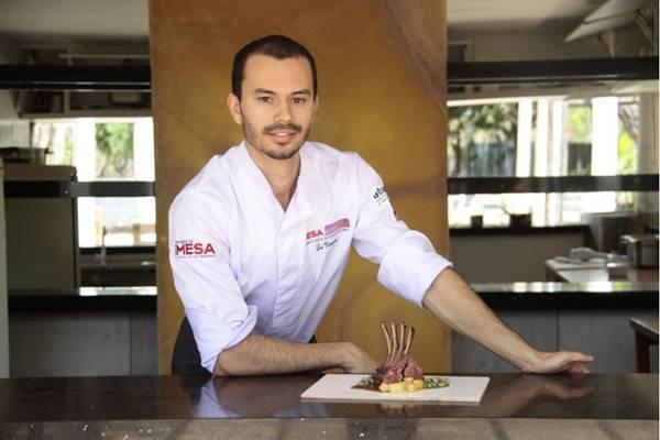 Chef Lui Veronese com o prato de cordeiro e feijão verde (Ana Rayssa/Esp. CB/D.A Press)