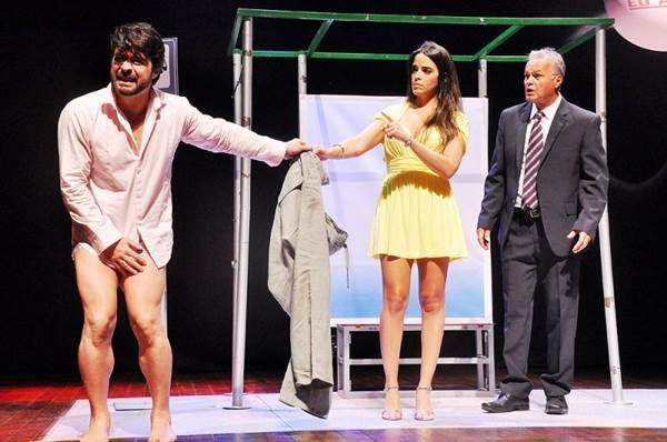 Elenco se diverte em cena que trata com humor o fim de um casamento (Genilson Coutinho/Divulgação)