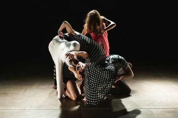 O movimento de cena e a iluminação são os principais componentes da peça (Diego Bresani/Divulgação)