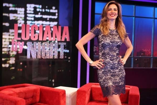 Luciana comanda um programa de entrevistas (Rede TV/Divulgação)