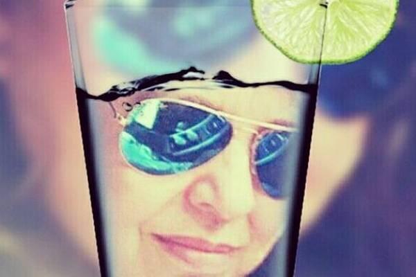 Uma bela montagem de Roberta sendo refratada em um copo d'água (Instagram/Reprodução)