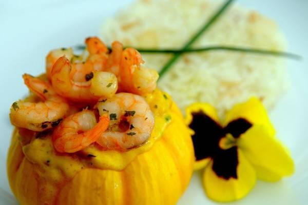 Camarões na miniabóbora escoltados por arroz com nozes, proposta da chef Bárbara Soares  (Antonio Cunha/CB/D.A Press)
