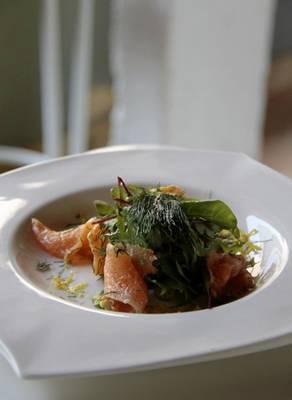 Receita nórdica, o gravlax de salmão é preparado por Raquel Amaral  ( Ana Rayssa/Esp. CB/D.A Press)