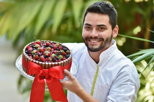 Torta de ganache de chocolate com frutas vermelhas: pode ser feita ou ensinada pelo chef Paulo Lima  (Breno Fortes/CB/D.A Press)