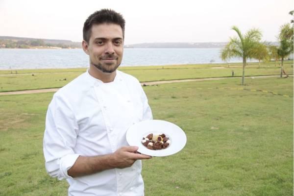 Alexandre Vargas e uma sobremesa que combina sorbet de tangerina e açaí com bolo de chocolate  (Ana Rayssa/Esp. CB/D.A Press)