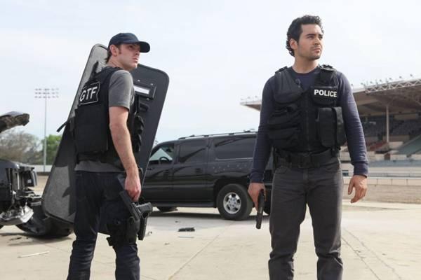 Gang related: gângsters dentro da delegacia de polícia  (FX/Divulgação)