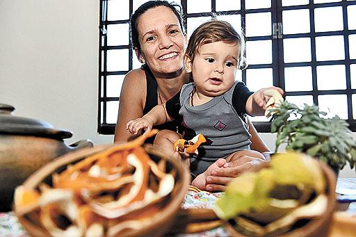 Nara faz parte de um grupo de mães que compartilha receitas e práticas verdes para a família. O filho Raí e o planeta agradecem