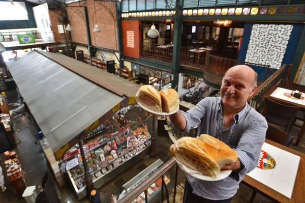 Mauro Calichman, com os sanduiches de mortadela e pernil servido no Mercado Municipal ( Gustavo Moreno/CB/D.A Press)