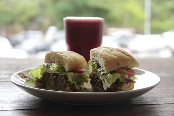 Ciabatta vegetariana com suco caroteno é uma das opções saudáveis do Laika Cafés Especiais  (Ana Rayssa/Esp. CB/D.A Press)