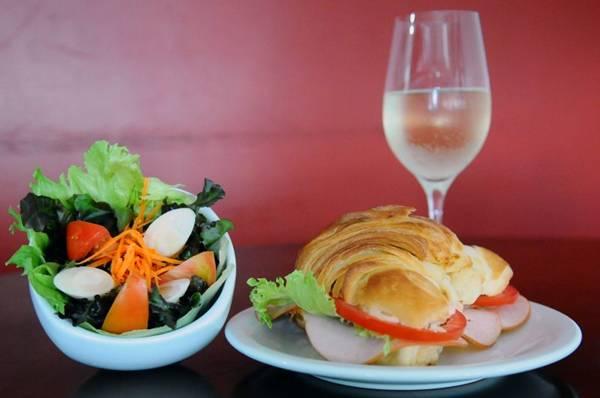 Luiz Antonio Bassul serve croissant em forma de sanduíches  (Gilberto Alves/CB/D.A Press)