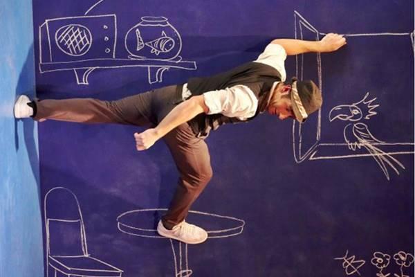 Com a ajuda de projeções, o ator brinca com os limites físicos em Leo (Pauline Keightley/Divulgação)