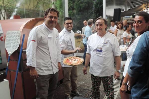 Gil Guimarães assou pizza tipicamente napolitana ao lado de Guglielmo Vuolo e André Guidon  (Liana Sabo/Divulgação)