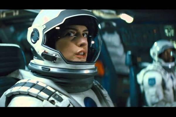 O longa está recheado de atuações irrepreensíveis, como a de Anne Hathaway (Warner Bros/Divulgação)
