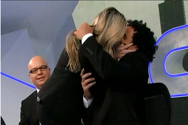Dani Calabresa deu um beijo técnico no Marco Luque, durante o programa dessa segunda-feira (Band/Reprodução)