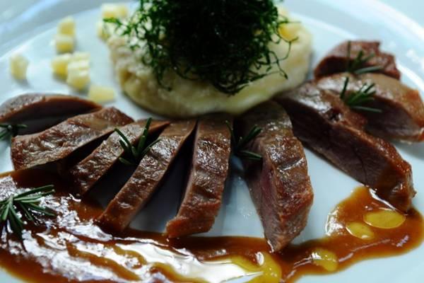 Desidratado em sal por oito horas, peito de marreco brilha no menu do Inácia Poulet Rôti (Gilberto Alves/CB/D.A Press)