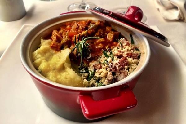 Prato picadinho de porco à brasileira com purê de batata doce e farofa do Belini Caf (Belini Café/Divulgação)