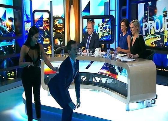 Kim Kardashian ensina Rove McManus a equilibrar a taça (Reprodução)