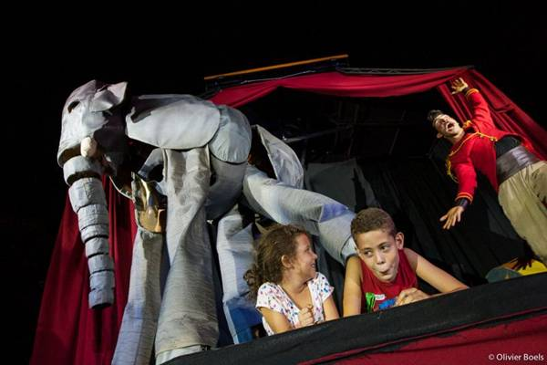 O boneco de um elefante gigante encanta a garotada no espetáculo (Olivier Boels/Divulgação)
