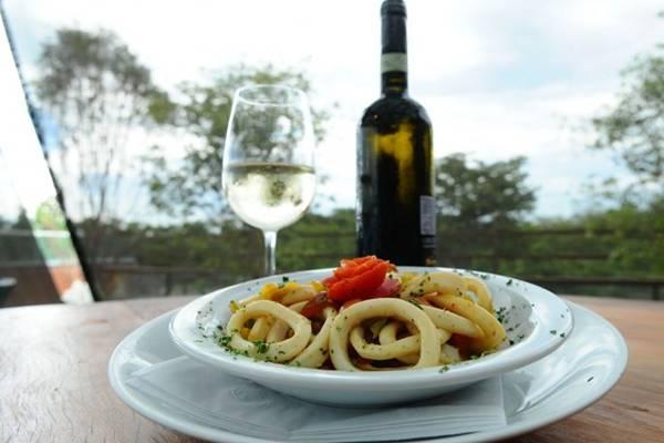 Lulas à italiana e vinho branco do mesmo país: combinação oferecida no Coco Bambu (Gilberto Alves/CB/D.A Press)