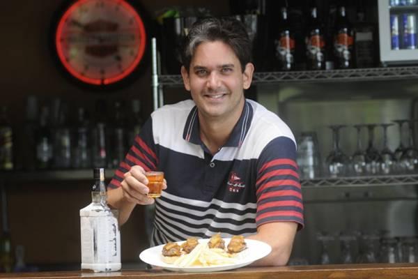 Rodrigo Cabral e o mini-hambúrguer Snack house: encontro de sabores adocicados e amadeirados  (Minervino Junior/CB/D.A Press)