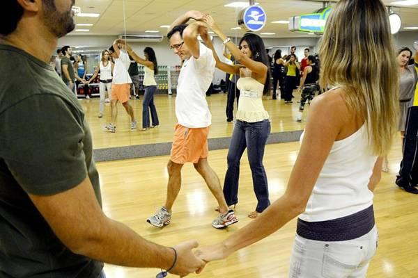 Aos passos de salsa, a timidez é deixada de lado pelos alunos   (Daniel Ferreira/CB/D.A Press )
