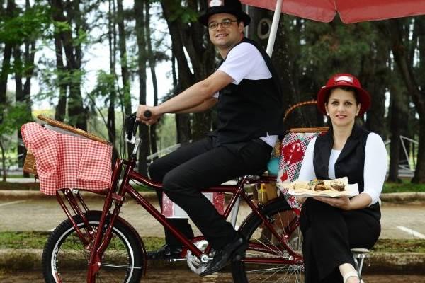 Thais Marega e Felipe Pacheco se vestem à moda retrô para vender seus doces  (Gilberto Alves/CB/D.A Press)