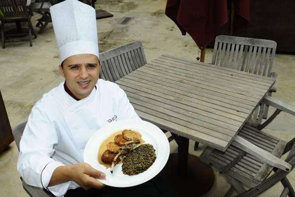 O chef Ronny Peterson, do Gero, apresenta o carré de cordeiro, um dos mais pedidos no restaurante  (Gilberto Alves/CB/D.A Press)