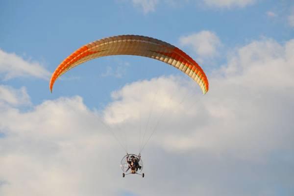 No paratrike o parapente ganha motor e rodas para a aterrisagem  (Cia do Vento/Divulgação)