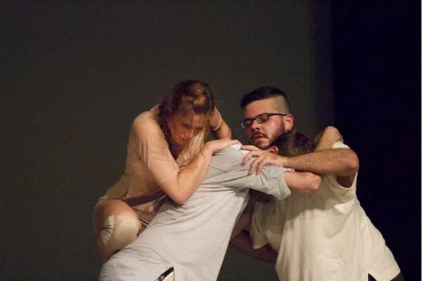 O limite do corpo é explorado na coreografia assinada por Alejandro Ahmed (Karin Serafin/Divulgação)