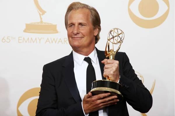 O ator exibe o troféu do Emmy: 'Um dos momentos mais incríveis da minha vida'  (REUTERS/Lucy Nicholson)