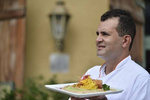 O chef Carlos Araújo e sua versão de filé-mignon suíno com musseline de castanhas portuguesas  (Daniel Ferreira/CB/D.A Press)