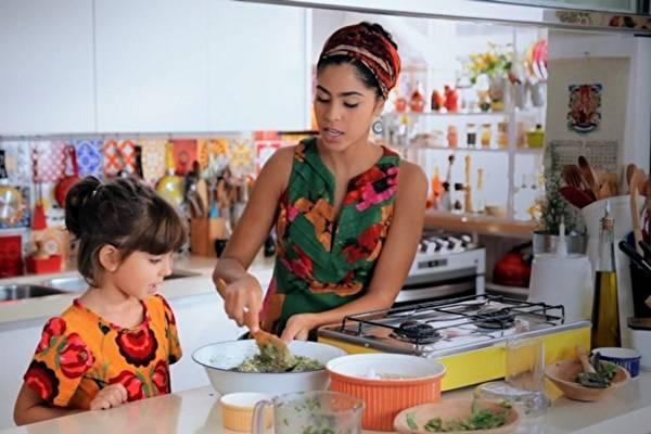 Bela Gil ensina a fazer um capeletti  integral de abóbora e espinafre  (GNT/Divulgação)