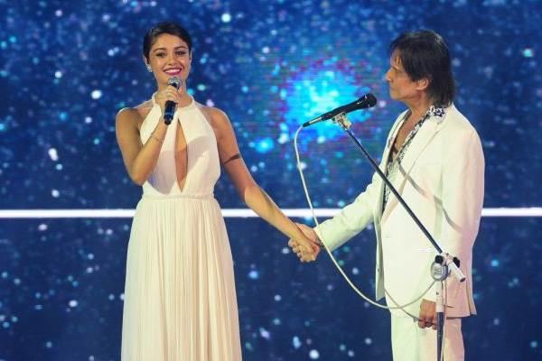 Sophie Charlotte e Roberto Carlos cantam juntos no especial dele, na Globo (João Cotta/Divulgação)