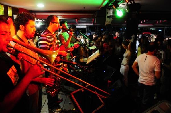 Grupo de samba Fina Estampa durante apresentação no bar Calaf (Daniel Ferreira/CB/D.A Press)