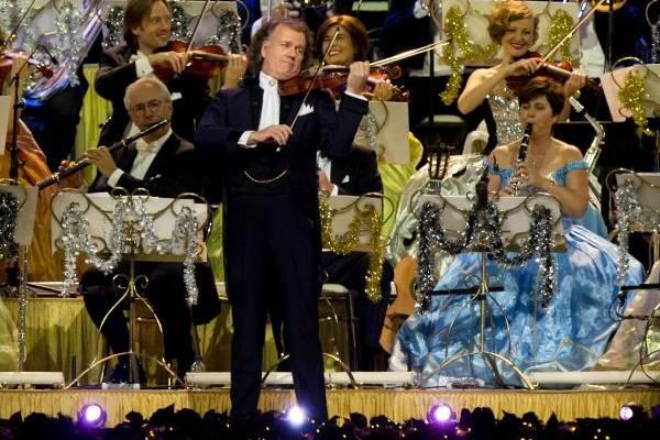 Andre Rieu e orquestra durante performance no concerto de Natal ( AFP PHOTO/ KOEN VAN WEEL)