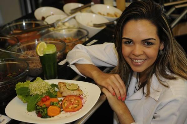 No bufê do Lótus Azul, opções diárias de peixes, legumes e muita salada recebem supervisão da nutricionista Jamila Vital (Bruno Peres/CB/D.A Press)