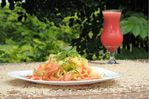 Espaguete de abobrinha italiana e molho vivo de tomate; opção saudável do Bhumi (Lula Lopes/Esp. CB/D.A Press)