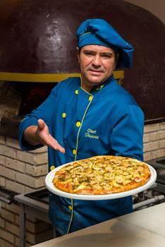Duarte Neto, pizzaiolo da Dolce Far Niente, em Águas Claras; sabores gourmet e massa leve (Rener Oliveira/Divulgação)