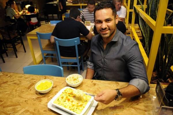 Rodrigo Fiuza e o chiclete de camarão, um dos pratos mais requisitados no Manatí ( Bruno Peres/CB/D.A Press)